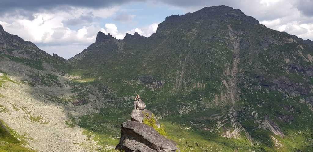 Вид на долину озера Золотарного, сзади двухтысячник Динозавр  Ергаки